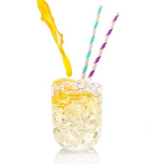 Lindo coquetel gelado com canudos coloridos