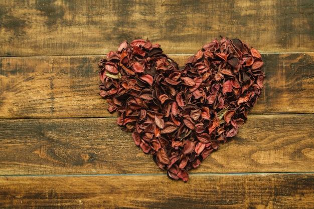 Lindo coração marcado com pétalas secas