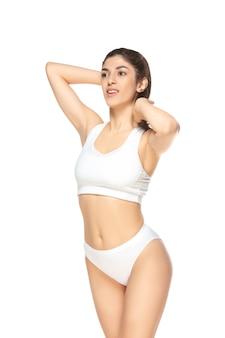 Lindo corpo feminino isolado no branco