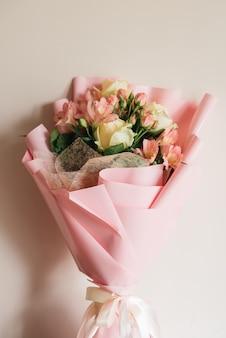 Lindo delicado buquê de flores rosa de rosas brancas e eustoma em uma linda embalagem