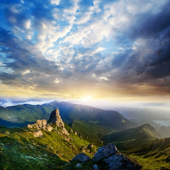 Lindo dia de sol é na paisagem de montanha.