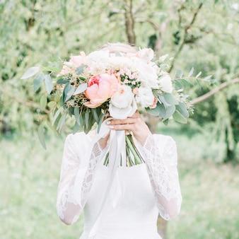 Lindo e delicado buquê de casamento nas mãos da noiva