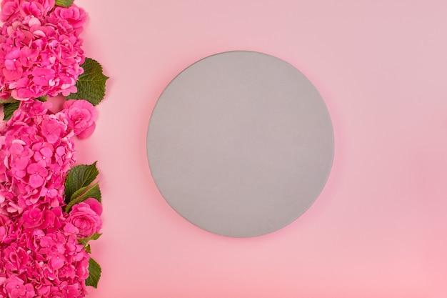 Lindo espaço floral e folhas verdes, textura, papel de parede. postura plana de hortênsia rosa no espaço rosa, vista superior, cópia espaço cartão