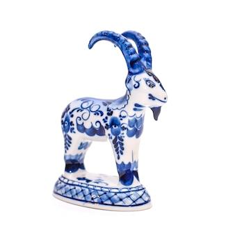 Lindo estilo gzhel de cabra de porcelana azul e branco em um fundo branco isolado