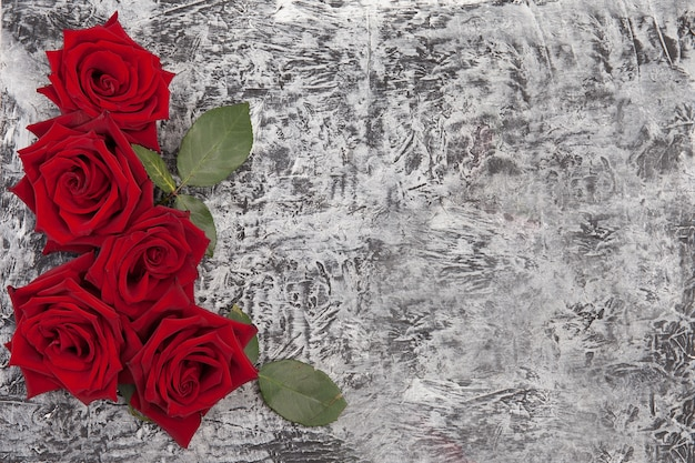 Lindo fundo de concreto decorado com rosas vermelhas