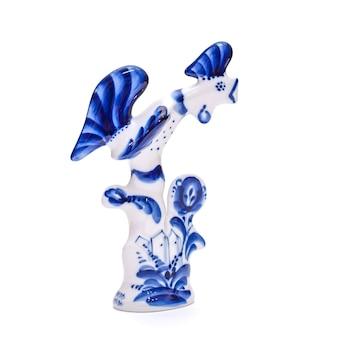Lindo galo de porcelana azul e branco estilo gzhel em um fundo branco isolado