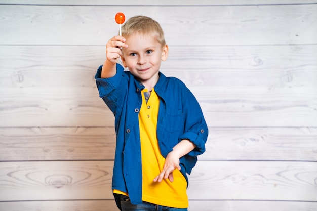 Lindo garotinho com um pirulito nas mãos