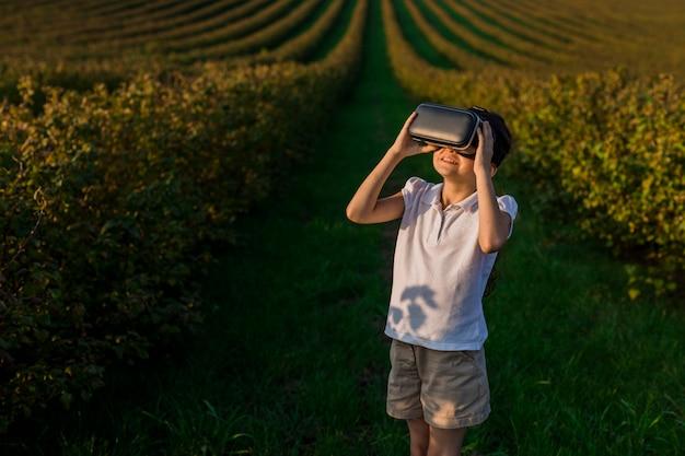 Lindo garotinho se divertindo com óculos de realidade virtual