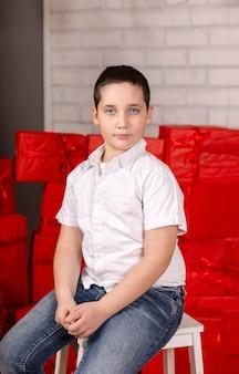 Lindo garotinho segurando um coração de criança sorridente em roupas vintage