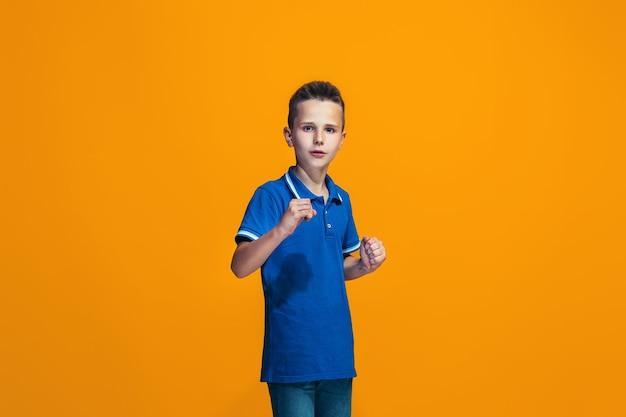 Lindo garoto adolescente surpreso isolado em laranja