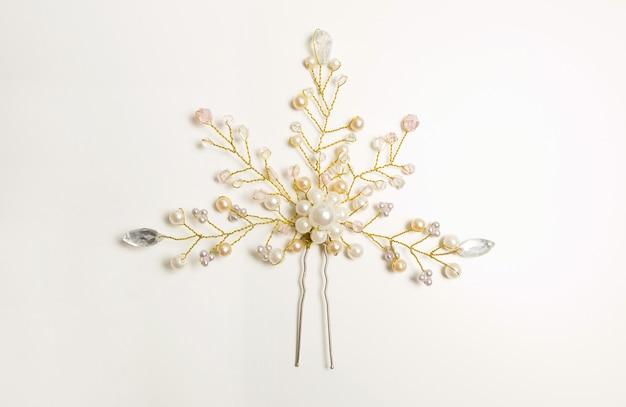 Lindo grampo de cabelo decorado com pérolas brancas sobre fundo branco