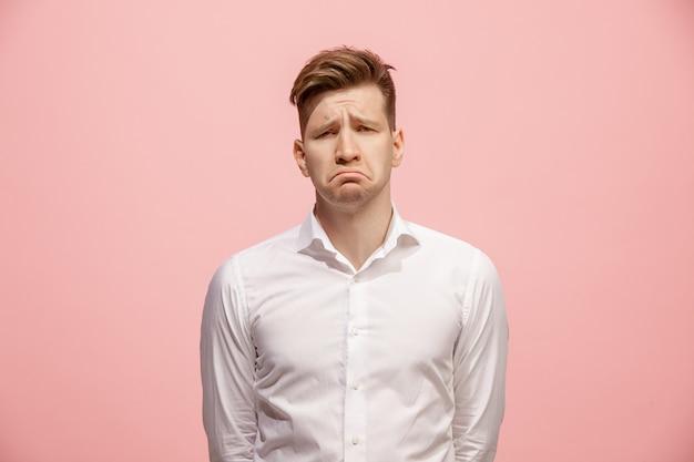 Lindo homem entediado isolado na parede rosa