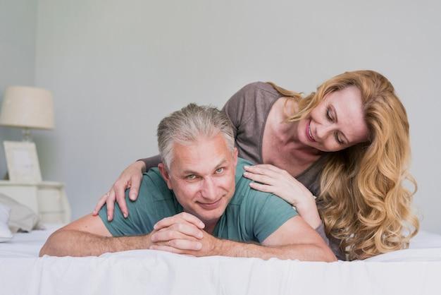 Lindo homem idoso e mulher jogando juntos