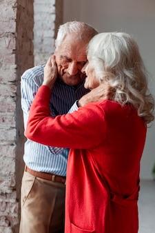 Lindo homem maduro e mulher apaixonada