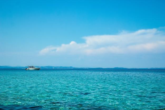 Lindo iate de caravana no mar na grécia natureza