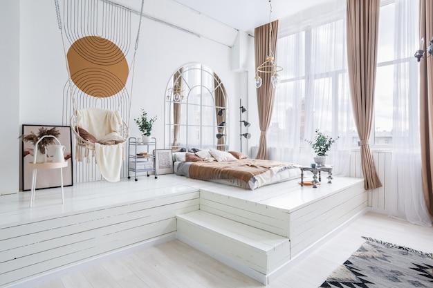 Lindo interior do quarto em tons de branco e marrom com piso elevado
