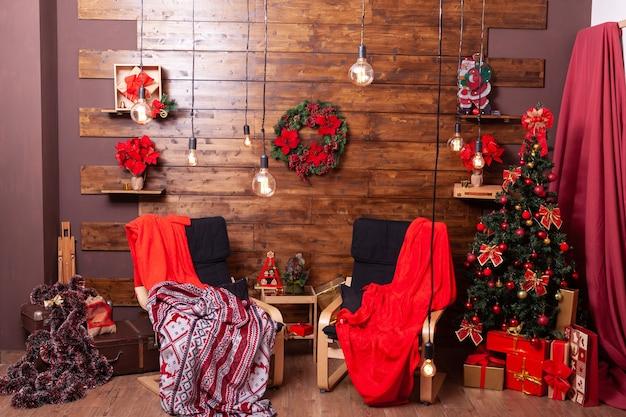 Lindo interior vermelho de natal e lugar aconchegante. celebração do natal