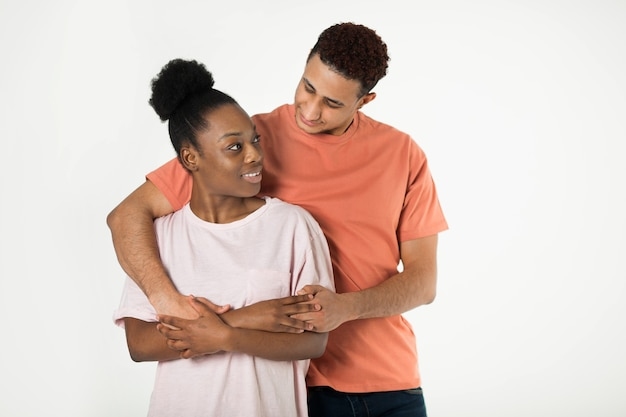 Lindo jovem casal homem e mulher em fundo branco