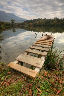 Lindo lago com cais em dia nublado