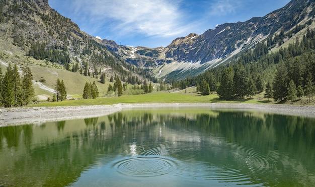 Lindo lago nas montanhas