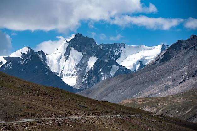 Lindo landscpe no caminho para a estrada zanskar na cordilheira do himalaia