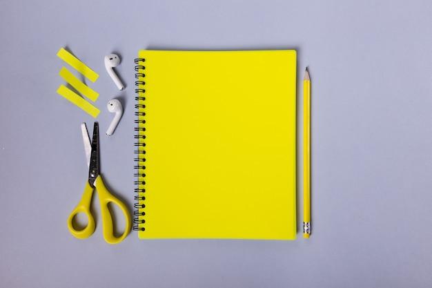 Lindo layout amarelo de adesivos de tesoura de lápis de papelaria e fones de ouvido são lindos ...