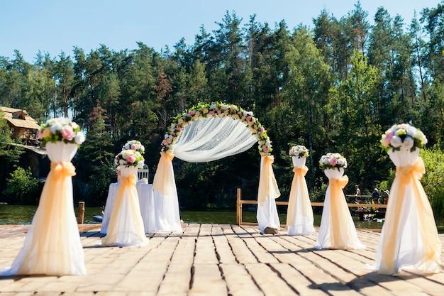 Lindo lugar para cerimônia de casamento na ponte de madeira sobre o rio.