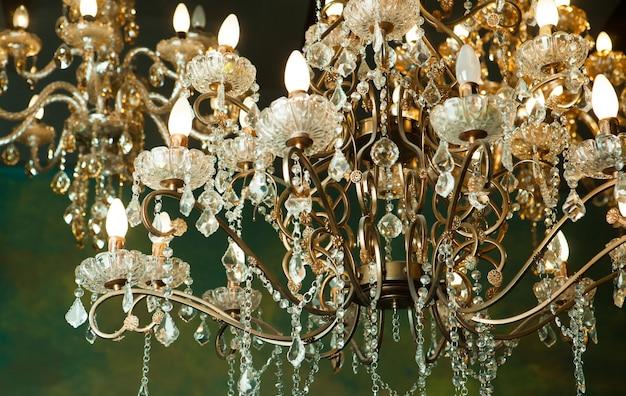 Lindo lustre de cristal vintage em uma sala, tons dourados.