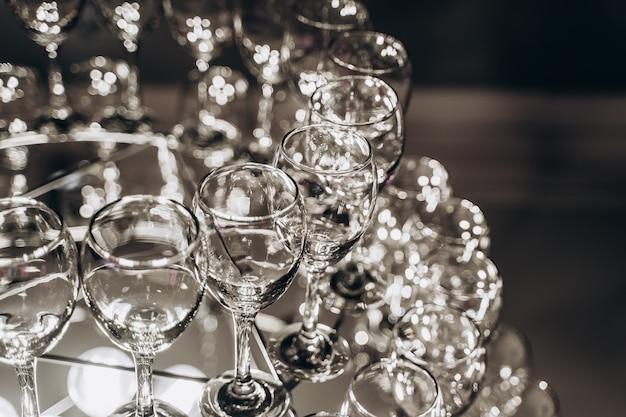 Lindo lustre feito com taças de vinho