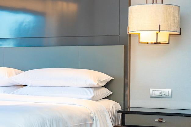 Lindo luxuoso travesseiro branco confortável e decoração de cobertor no interior do quarto