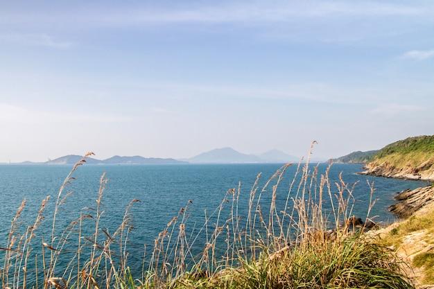 Lindo mar azul e falésias com fundo de montanha na tailândia