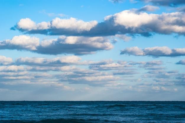 Lindo mar e nuvens céu