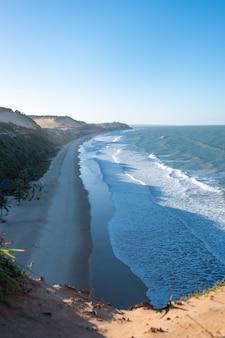 Lindo mar ondulado chegando à praia capturada em pipa, brasil