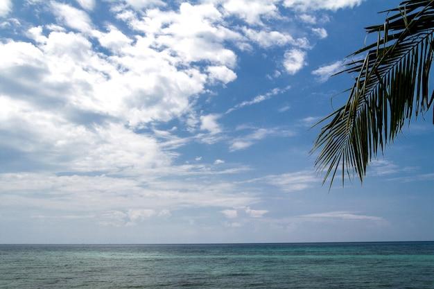 Lindo mar tropical e céu azul em férias dia de verão em koh phangan tailândia