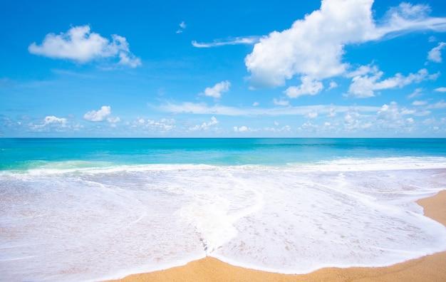 Lindo mar turquesa e areia da praia em dia de verão.