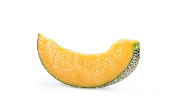 Lindo melão fatiado saboroso isolado no fundo da mesa branca