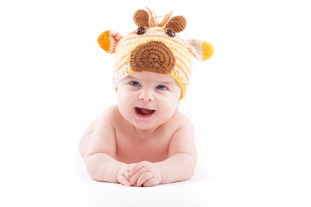 Lindo menino feliz no chapéu de fraldas e veados