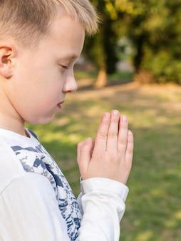 Lindo menino rezando