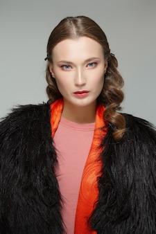 Lindo modelo com casaco de pele. limpe o rosto fresco da menina bonita com maquiagem natural.