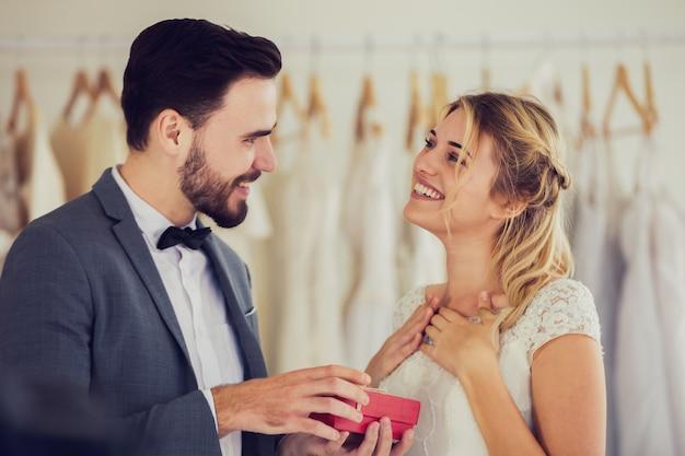 Lindo modelo de casal de noivos em tom de estilo vintage de imagens de loja de estúdio
