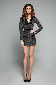 Lindo modelo de terno elegante e salto alto.