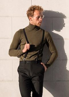 Lindo modelo masculino e sombra