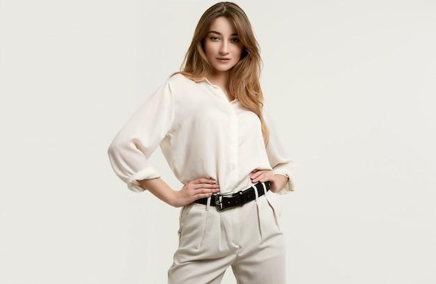 Lindo modelo moreno feminino em roupas brancas