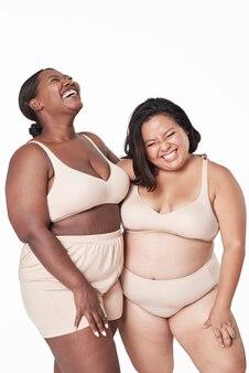 Lindo modelo plus size em lingerie feminina bege