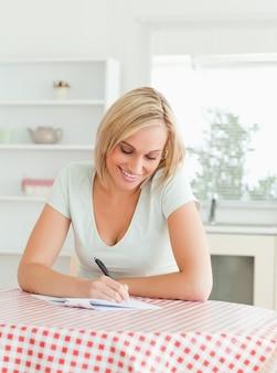 Lindo mulher prova de leitura de um texto