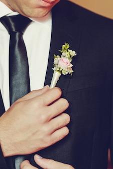 Lindo noivo elegante vestir-se para a cerimônia