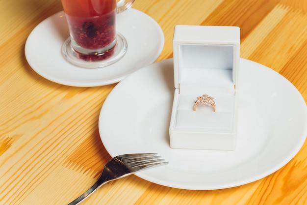 Lindo novo par de elegantes alianças de ouro branco e anel de noivado de ouro branco, caixa de anel quadrada branca.