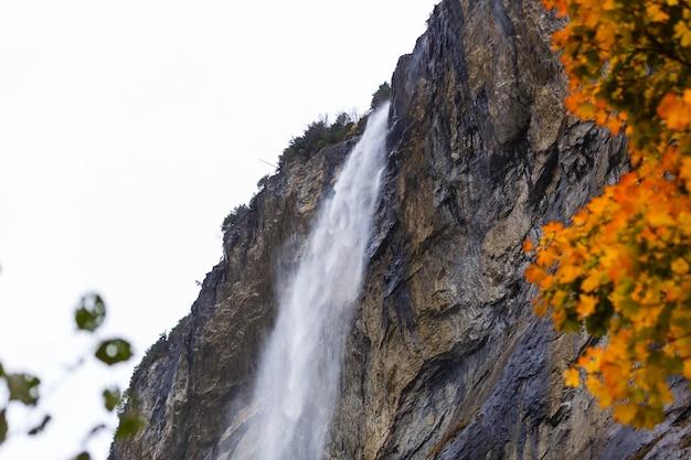 Lindo outono na aldeia de lauterbrunnen, nos alpes suíços, porta de entrada para o famoso jungfrau. situado em um vale com falésias rochosas e os rugidos