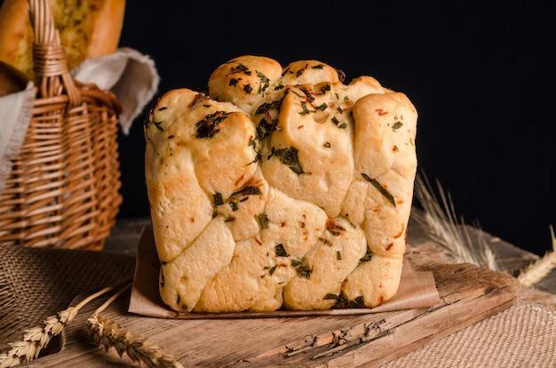 Lindo pão branco com top encaracolado em fundo de madeira