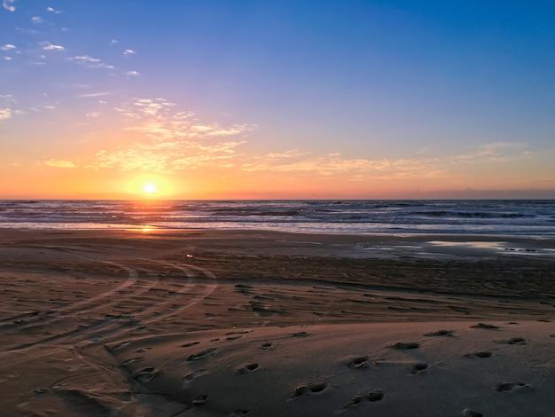 Lindo pôr do sol na praia